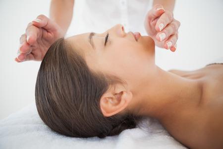 mooie brunette: Mooie brunette krijgen van reiki therapie op de spa Stockfoto