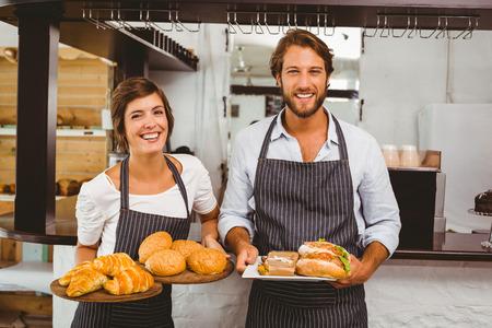 Serveurs heureux holding assiettes de nourriture à la cafétéria Banque d'images - 31347406