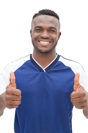 jugador de futbol americano: Retrato de un jugador de f�tbol que gesticula los pulgares para arriba sobre fondo blanco