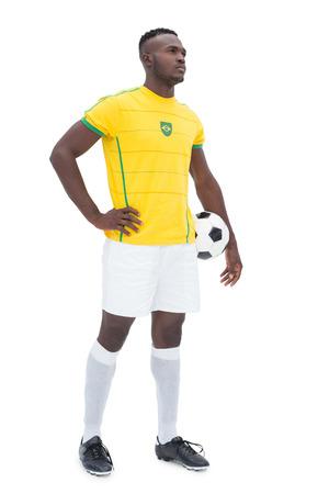 futbolista: Longitud total de futbolista brasile�o coloca sobre el fondo blanco Foto de archivo