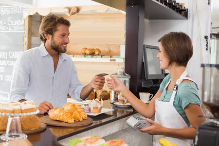 gl�cklicher kunde: H�bsche Kellnerin serviert gl�cklichen Kunden in der Cafeteria