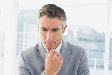 personas pensando: El hombre de negocios pensando en su trabajo, mientras que en su oficina