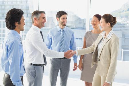 stretta di mano: Dipendente avere un incontro di lavoro in una sala conferenze