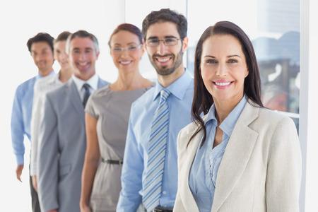 Equipe: Sourire employé est dans une ligne au travail