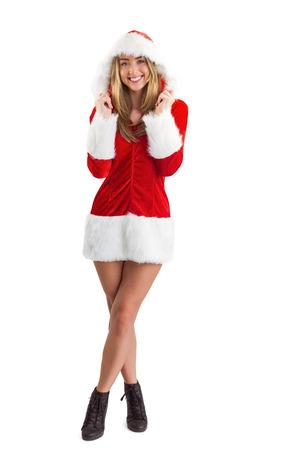 pere noel sexy: Jolie fille de Santa souriant � la cam�ra sur fond blanc