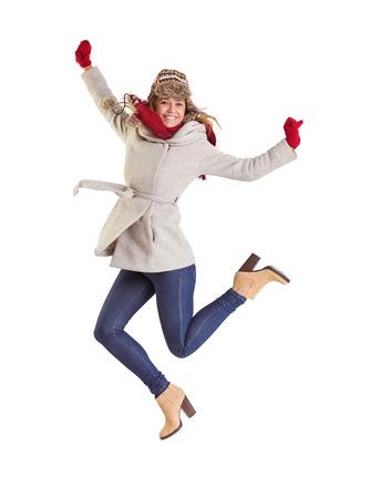 ropa de invierno: Feliz rubia en ropa de invierno posando sobre fondo blanco