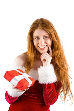 pere noel sexy: Rousse Festive tenant un cadeau sur fond blanc