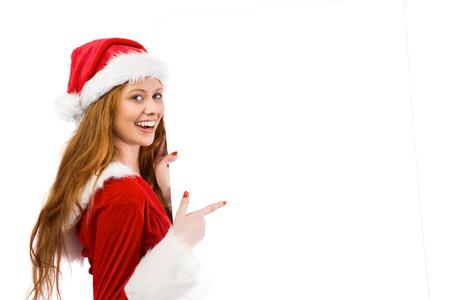 pere noel sexy: Rousse Festive souriant � la cam�ra tenant affiche sur fond blanc