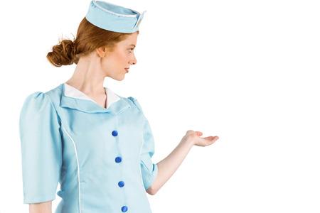 hotesse de l air: H�tesse de l'air jolie pr�sentation avec la main sur fond blanc Banque d'images
