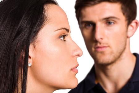 not talking: Coppia non parlare dopo discussione su sfondo bianco