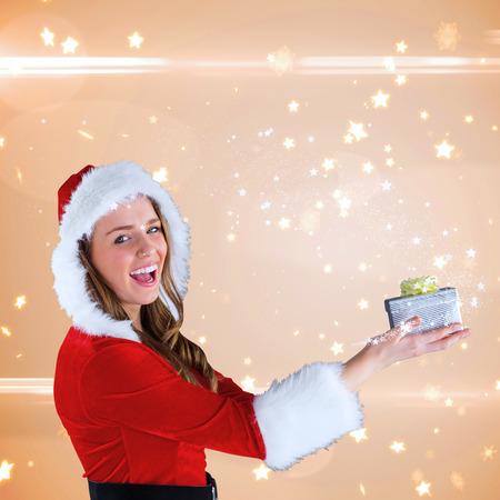 pere noel sexy: Sexy Santa Girl holding gift contre motif �toile brillante de la cr�me