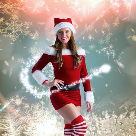 pere noel sexy: Sexy Santa Girl souriant � la cam�ra contre la neige � la cr�me dessin de flocon