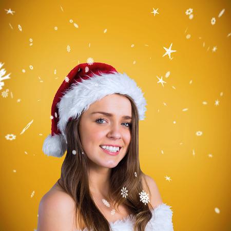 pere noel sexy: Sexy Santa Girl souriant � la cam�ra sur un fond jaune avec vignette Banque d'images