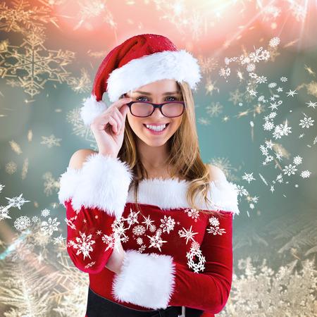 pere noel sexy: Sexy santa girl portant des lunettes contre la neige � la cr�me dessin de flocon