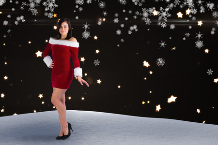 pere noel sexy: Jolie jeune fille souriante � santa costume contre motif �toile brillante sur fond noir Banque d'images