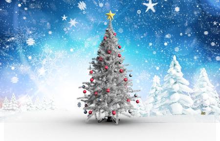 neige qui tombe: Arbre de Noël avec des boules et des étoiles contre paysage enneigé avec sapins