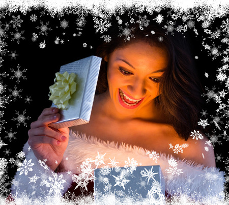pere noel sexy: Jolie brunette � santa tenue ouverture don contre la neige