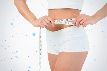 cuerpo femenino perfecto: Cuerpo femenino con una cinta m�trica contra la nieve que cae Foto de archivo