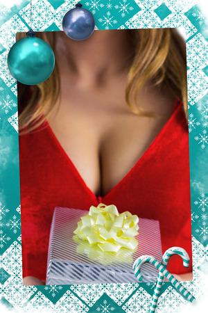 pere noel sexy: Sexy Santa Girl holding gift contre le cadre de no�l Banque d'images