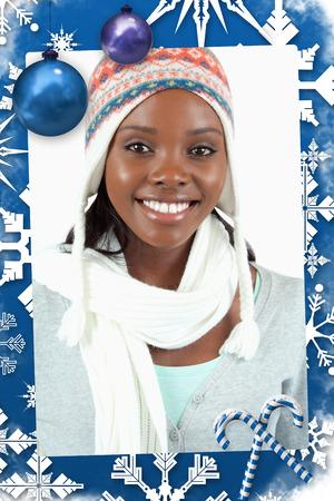 ropa de invierno: Sonriente mujer joven en ropa de invierno contra un marco de navidad