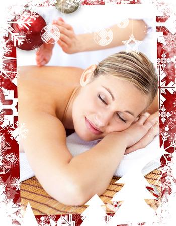 tapping: Attraente donna che riceve un massaggio toccando contro Cornice di Natale a tema