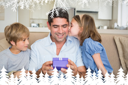 gifting: Ama a los ni�os gifting padre contra el bosque de abetos y copos de nieve