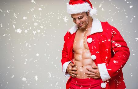 fitness hombres: Retrato de hombre machista en el traje de santa contra la nieve que cae