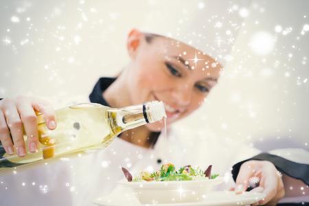 snow falling: Sorridente donna chef vestire un'insalata contro la neve caduta