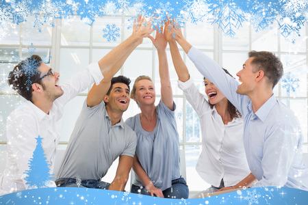 terapia de grupo: La terapia de grupo en la sesi�n que se sienta en un c�rculo de alta fiving contra la nieve Foto de archivo