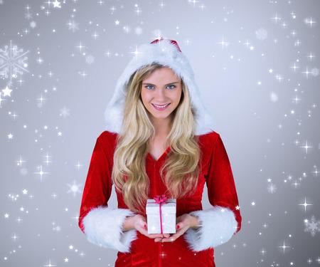pere noel sexy: Jolie fille � santa costume tenant cadeau contre vignette gris