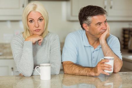 not talking: Coppie mature che hanno caff� insieme non parliamo a casa in cucina