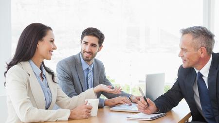 reunion de trabajo: La gente de negocios de todo intercambio de ideas juntos en la oficina Foto de archivo