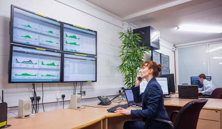 Technicien assis dans le bureau de diagnostic de fonctionnement dans un grand centre de données