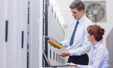 centro de computo: Equipo de t�cnicos que utilizan analizador de cable digital en los servidores de gran centro de datos