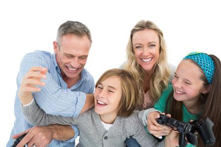 ni�os jugando videojuegos: Familia feliz con dos ni�os jugando videojuegos en el fondo blanco