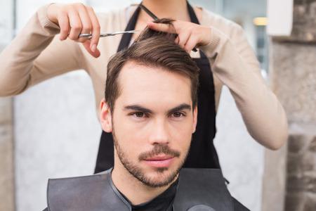 hair short: Hombre que consigue su pelo recortado en la peluquer�a