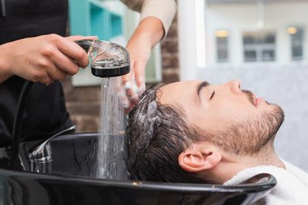 hair short: Estilista de pelo de lavar el cabello mans en la peluquer�a Foto de archivo