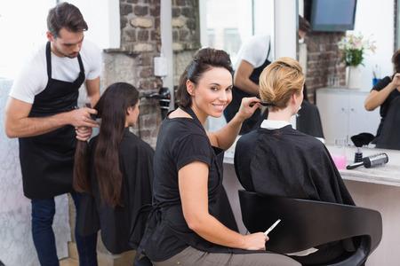 stilist: Kuaförler kuaförde müşterileri üzerinde çalışıyor Stok Fotoğraf