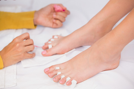 u�as pintadas: Womans u�as de los pies est�n pintados por esteticista en el sal�n de belleza