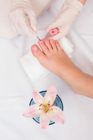 uñas pintadas: Mujer que consigue sus uñas de los pies pintados en el salón de belleza