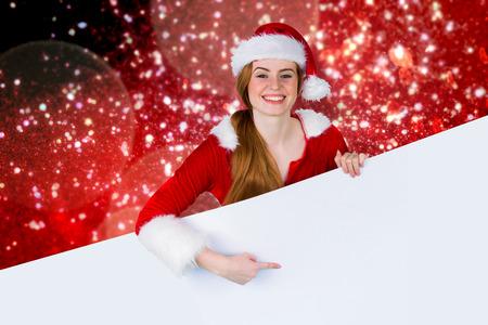 pere noel sexy: Jolie fille � santa carte costume de performance contre la neige et �toiles blanches sur fond rouge Banque d'images