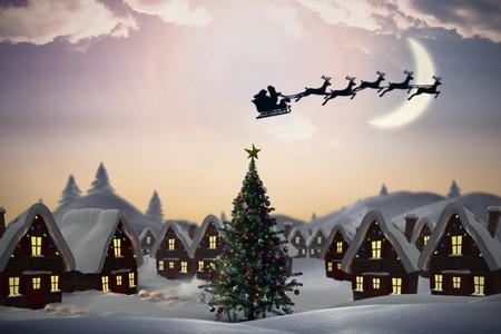 Silhouet van de Kerstman en rendieren tegen leuke kerst dorp met boom