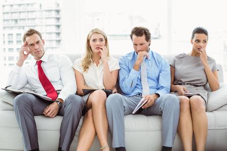 file d attente: Gens d'affaires nerveux attente pour entretien d'embauche