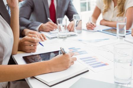 persona escribiendo: La sección media de la gente de negocios escribir notas en reunión sala de juntas en la oficina Foto de archivo