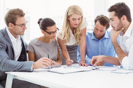 Jonge bedrijfsmensen in vergadering op kantoor Stockfoto