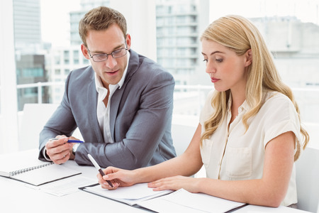 persona escribiendo: J�venes empresarios en reuni�n en la oficina