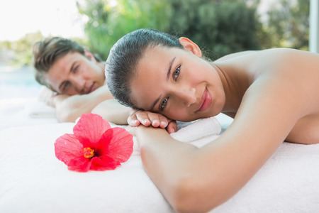 relajado: Retrato de la joven pareja relajada acostado en mesa de masaje en centro de spa