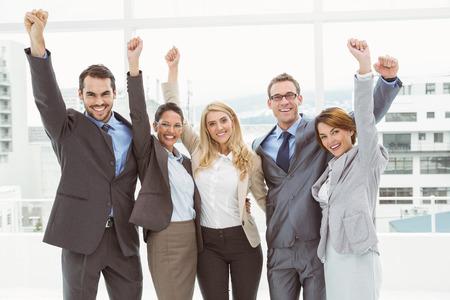 jovenes felices: Retrato de gente de negocios alegre que anima en la oficina