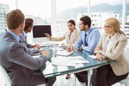 Junge Geschäftsleute im Sitzungssaal Treffen im Büro Standard-Bild - 32789254