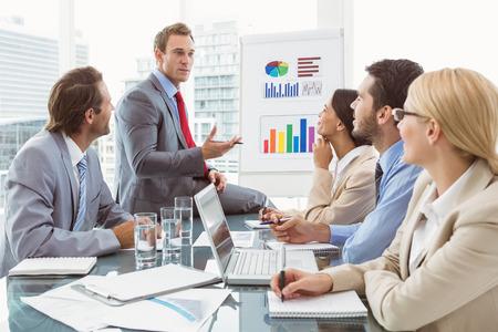 reunion de personas: J�venes empresarios en reuni�n de sala de juntas en la oficina